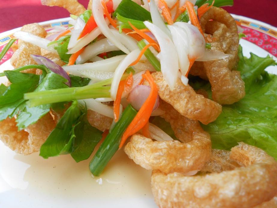 Salade de peau de porc grillée