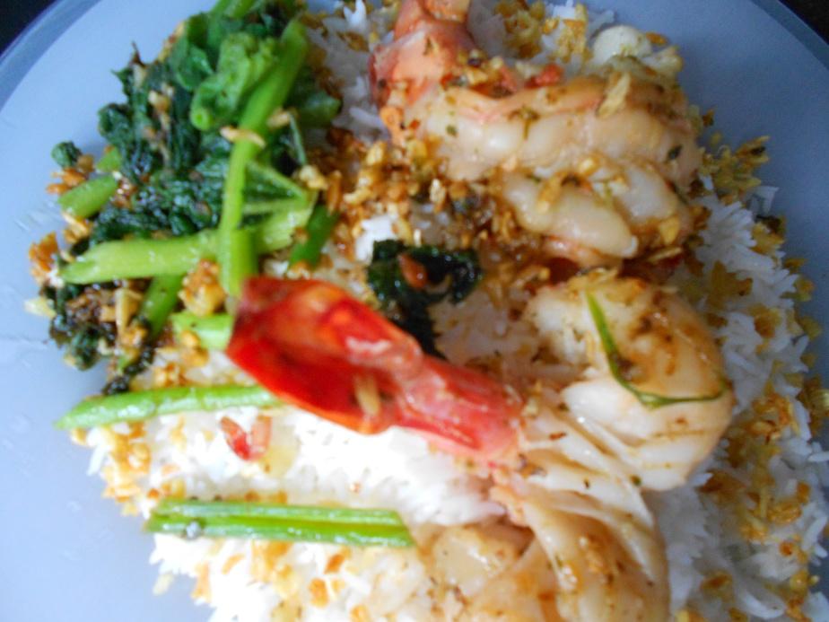 Crevettes à l'ail sur riz ขาวกุ้งทอดกระเทียมพริกไทย