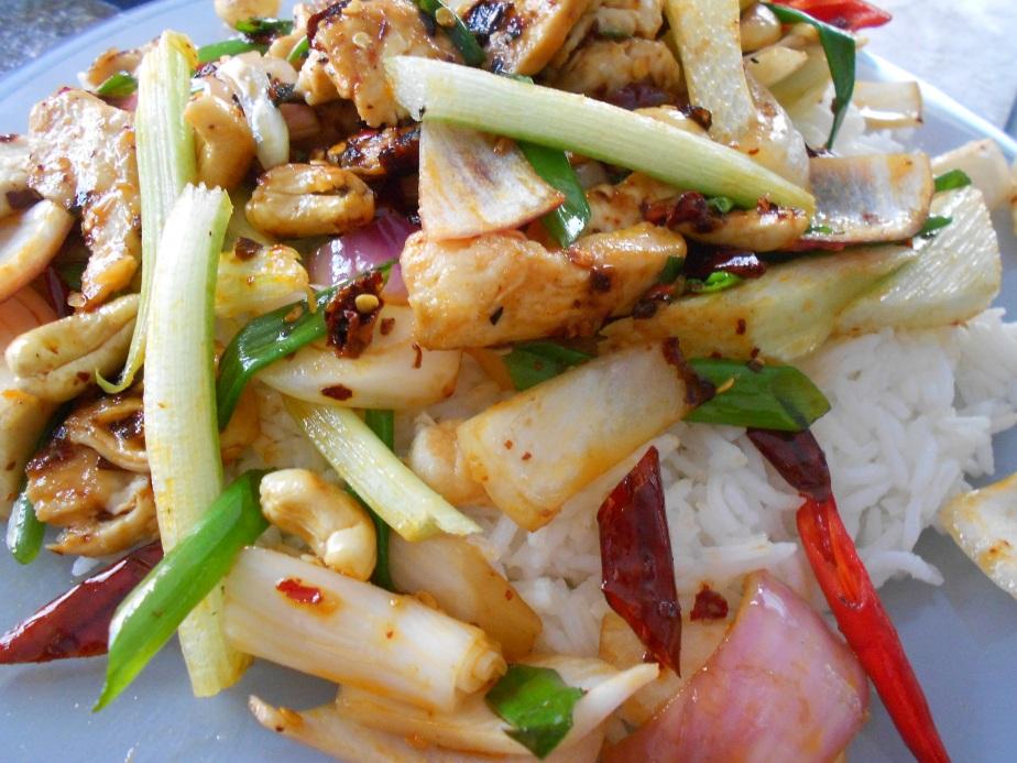 Stir-fry au poulet et noix de cajou sur riz ข้าวรากไก่ผัดเม็ดมะม่องหิมพานต์