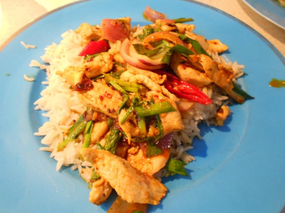 Stir-fry au poulet à la poudre de curry sur riz ข้าวรากไก่ผัดผงกะหรี่