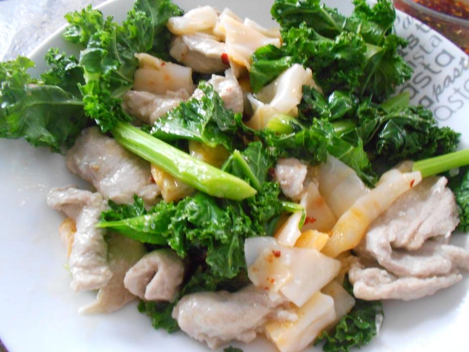 Nouilles de riz frites au porc at brocoli chinois - Rat na - ราดหน้า