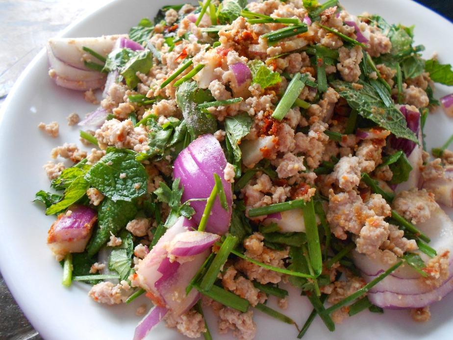 Riz gluant et salade de proc émincé ข้าวเหนียวลาบหมู